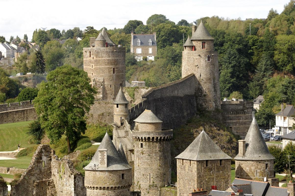 Le château de Fougères, à 11 kms